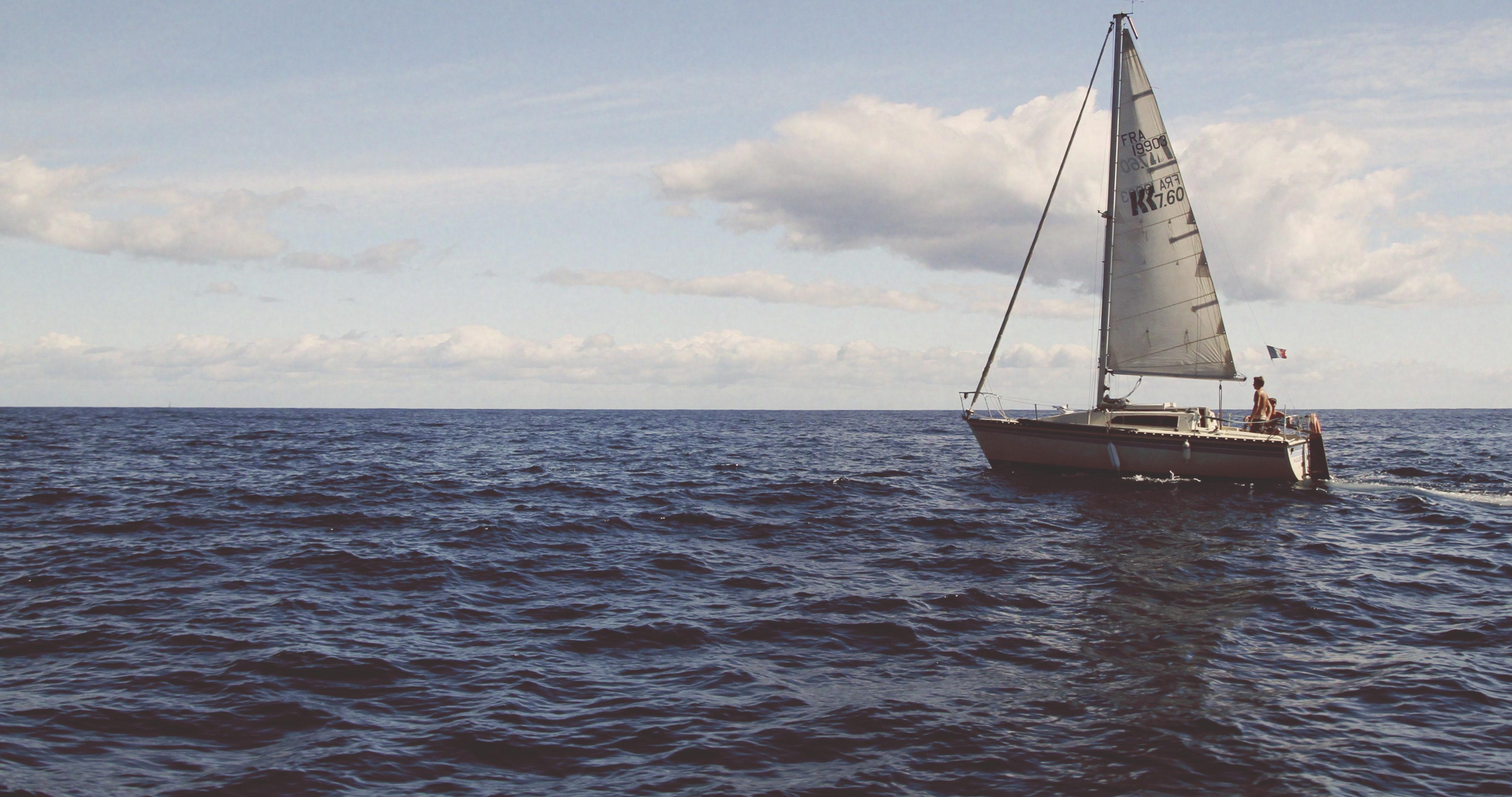 Segelbåt till havs